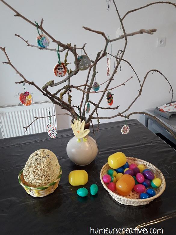 arbre de Pâques avec des branches et des oeufs en pâte à sel