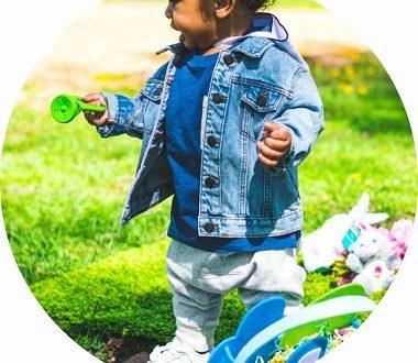 jouer dans le jardin avec les enfants