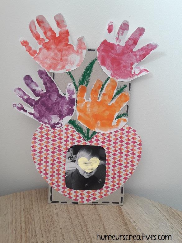 tableau fleuri avec les empreintes de mains