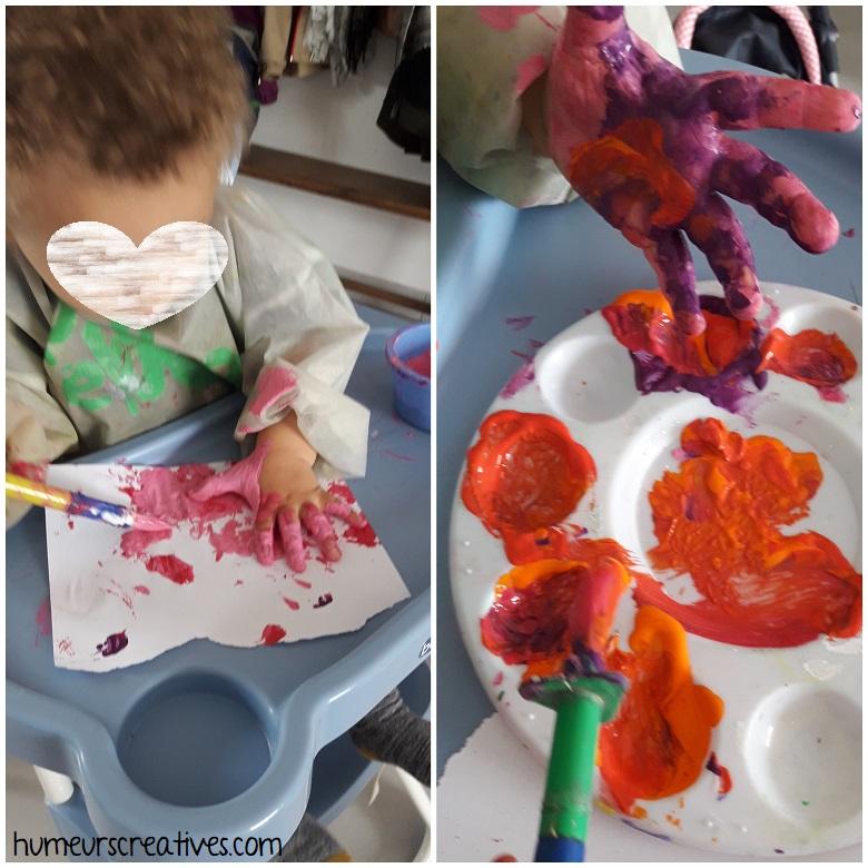les mains d'enfants dans la peinture