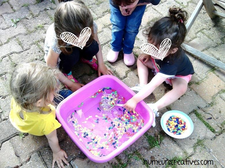 jeu de transvasement pour enfant avec de l'eau - motricité fine