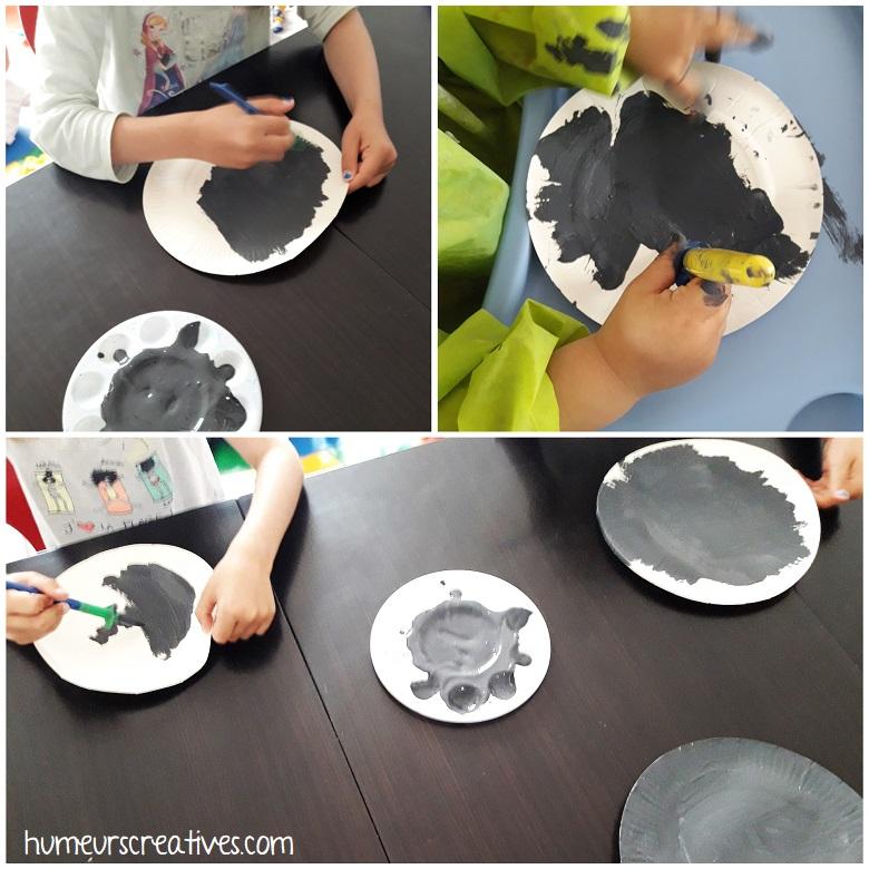 Les enfants peignent une assiette en carton