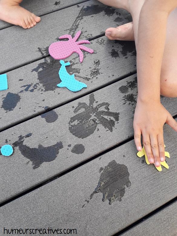 faire des empreintes sur le sol avec des éponges mouillées