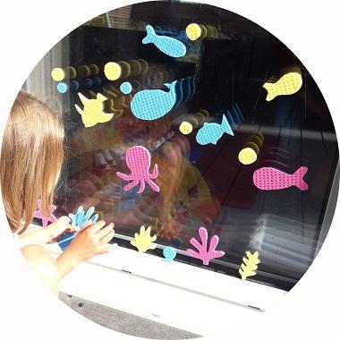 jeu d'été pour enfants : créer des dessins avec des éponges sur les fenêtres