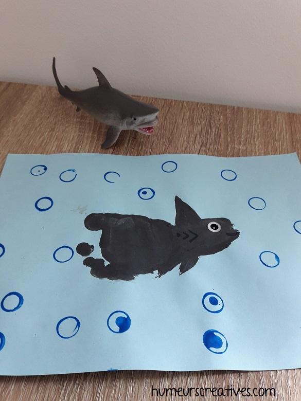 baby shark en empreinte de pied