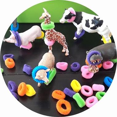 Activité de motricité fine pour les petits : délivrer les animaux emprisonnés dans les élastiques