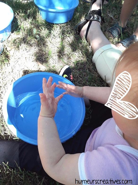 activité tout petit : jouer avec l'eau
