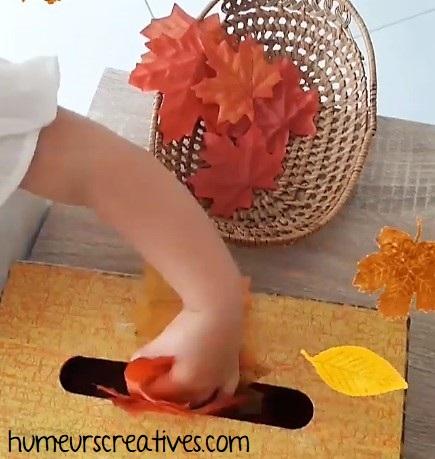 activité pour tout petits : transvasement avec une boite de mouchoirs