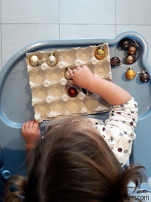 jeu de noel pour enfants : trier des boules dans une boite d'oeufs