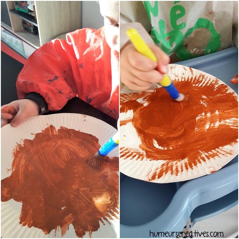 les enfants peignent l'assiette en marron