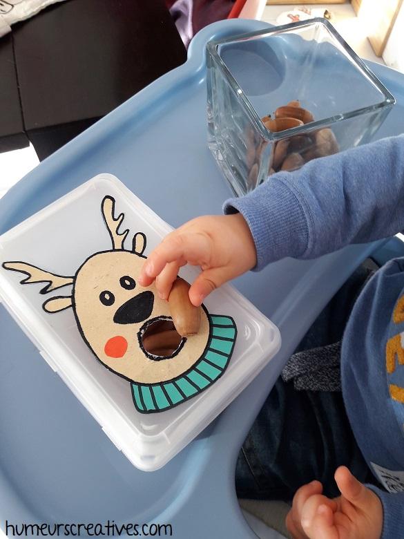 jeu de noel pour enfants : motricité fine avec des glands