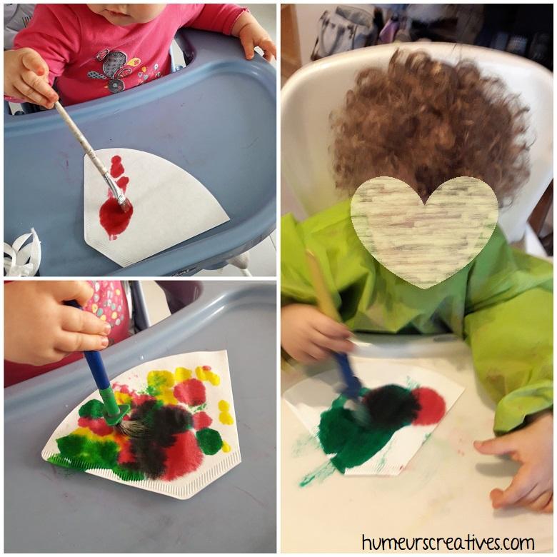 les enfants décorent les coeurs avec des tampons à encre