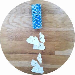 Mobile nuages en rouleau de papier toilette à faire avec les enfants