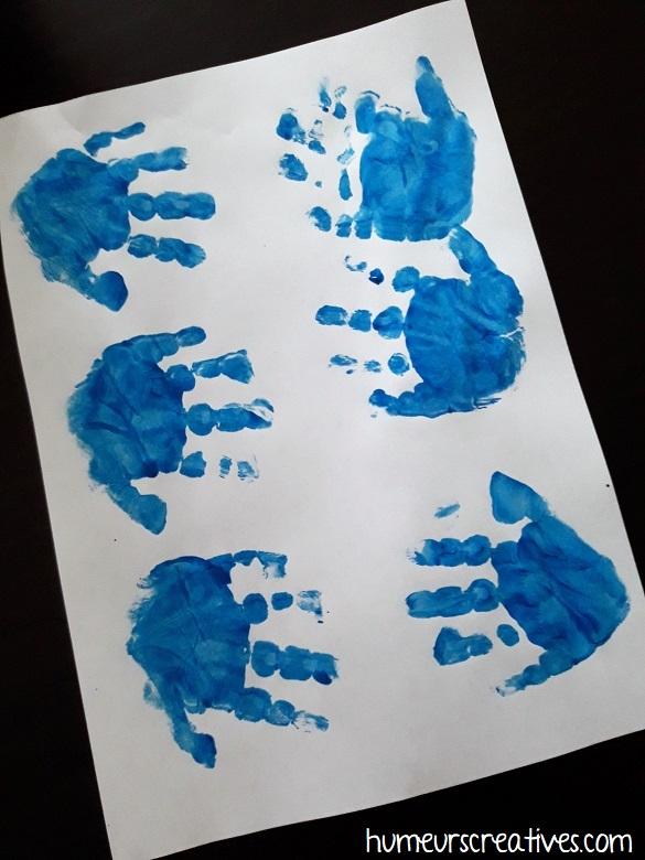 empreintes de mains en bleu