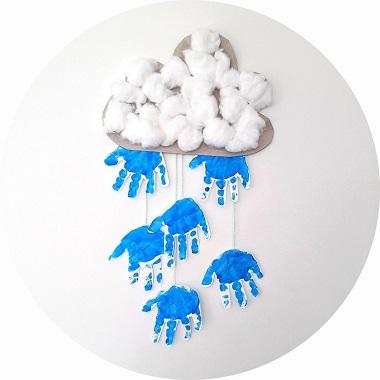 Mobile nuage et empreintes de mains des enfants