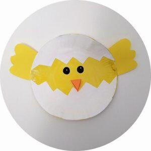 Un poussin réalisé avec une assiette en carton