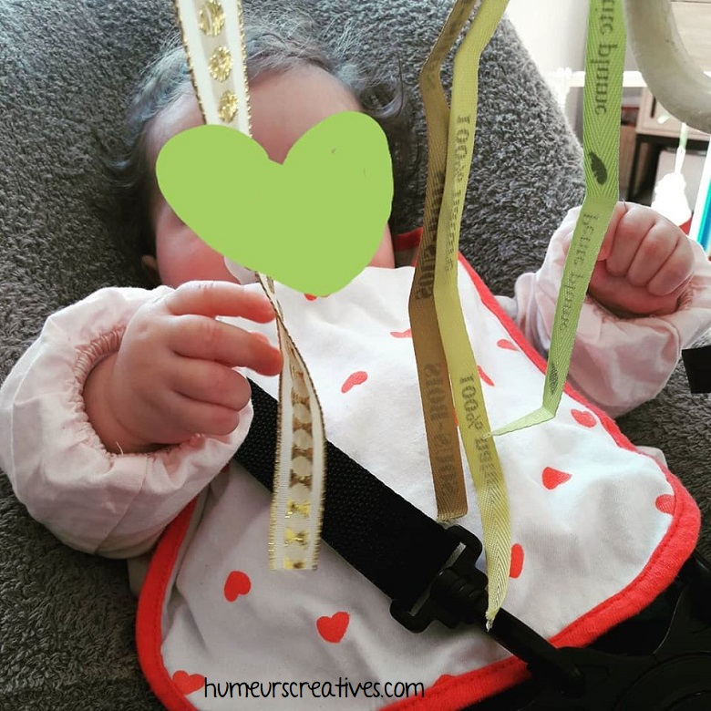 activité bébé : attraper des rubans