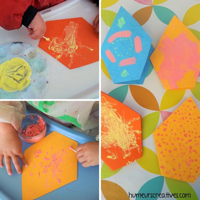 les enfants peignent sur la carte