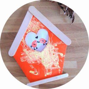 Une jolie carte pour la fête des mères à fabriquer avec les enfants. Une carte cabane à oiseaux.