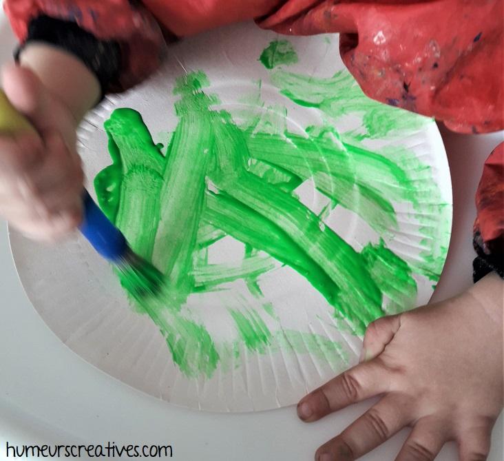 peindre une assiette en carton avec de la peinture verte fluo