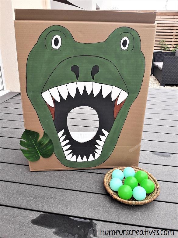 lancé de boules dans la bouche du dinosaure