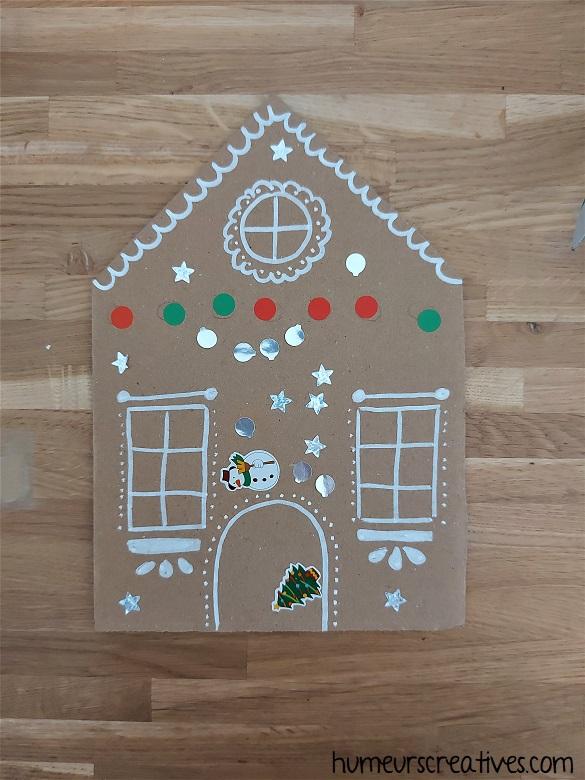 décorer des maisons en carton avec des gommettes