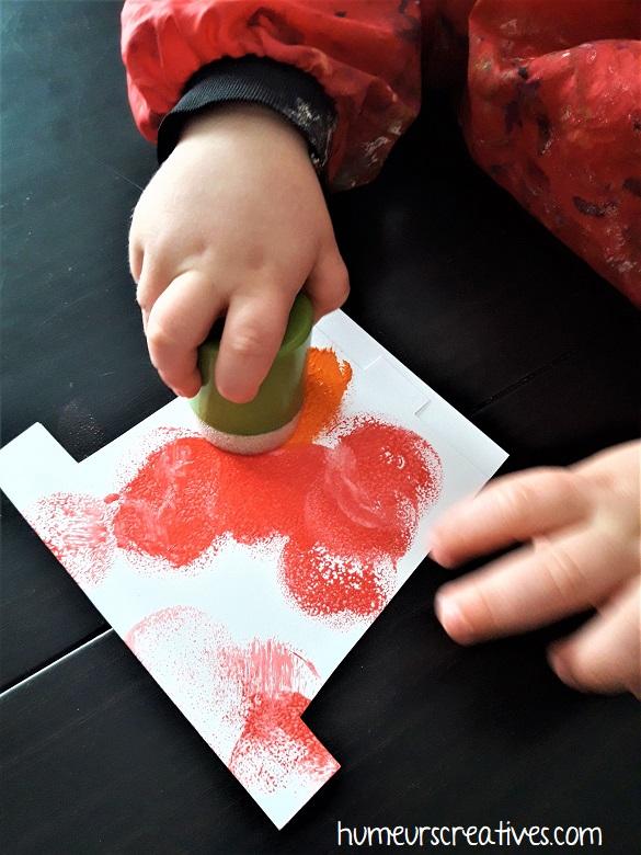 peinture sur la carte avec des tampons en mousse